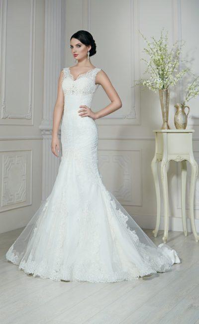 Свадебное платье силуэта «рыбка» с кружевным верхом юбки и широкими бретелями.
