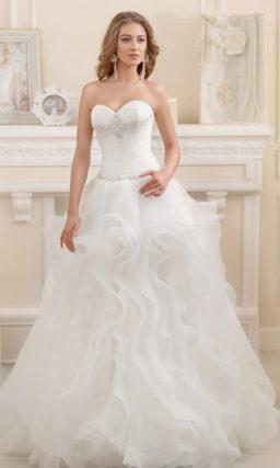 Свадебное платье с бисерной вышивкой на корсете и воздушной юбкой с оборками.