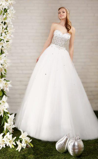 Пышное свадебное платье с открытым корсетом с лифом в форме сердца и отделкой стразами.