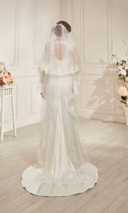 Атласное прямое свадебное платье со стильным шлейфом и ажурными рукавами.