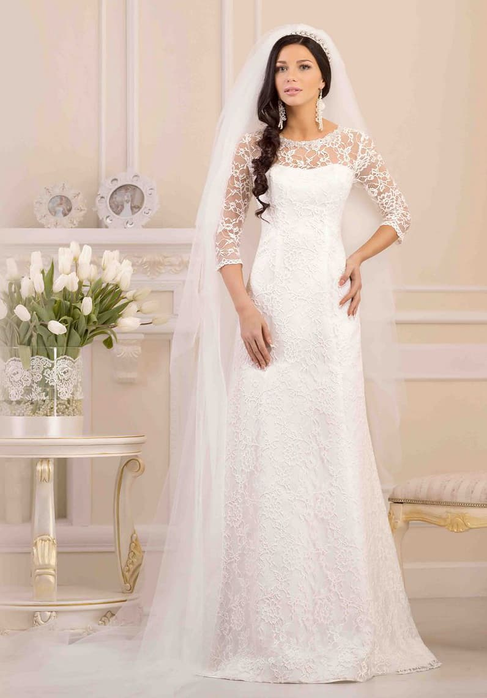 Прямое свадебное платье по всей длине покрытое ажурной тканью с крупным рисунком.