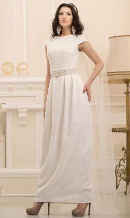 Прямое свадебное платье с кружевным декором и широким поясом.