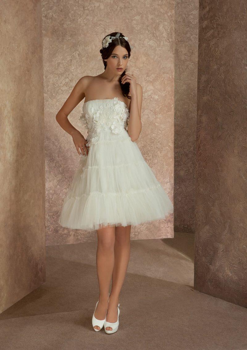 Короткое свадебное платье с объемной отделкой и юбкой пышного силуэта.
