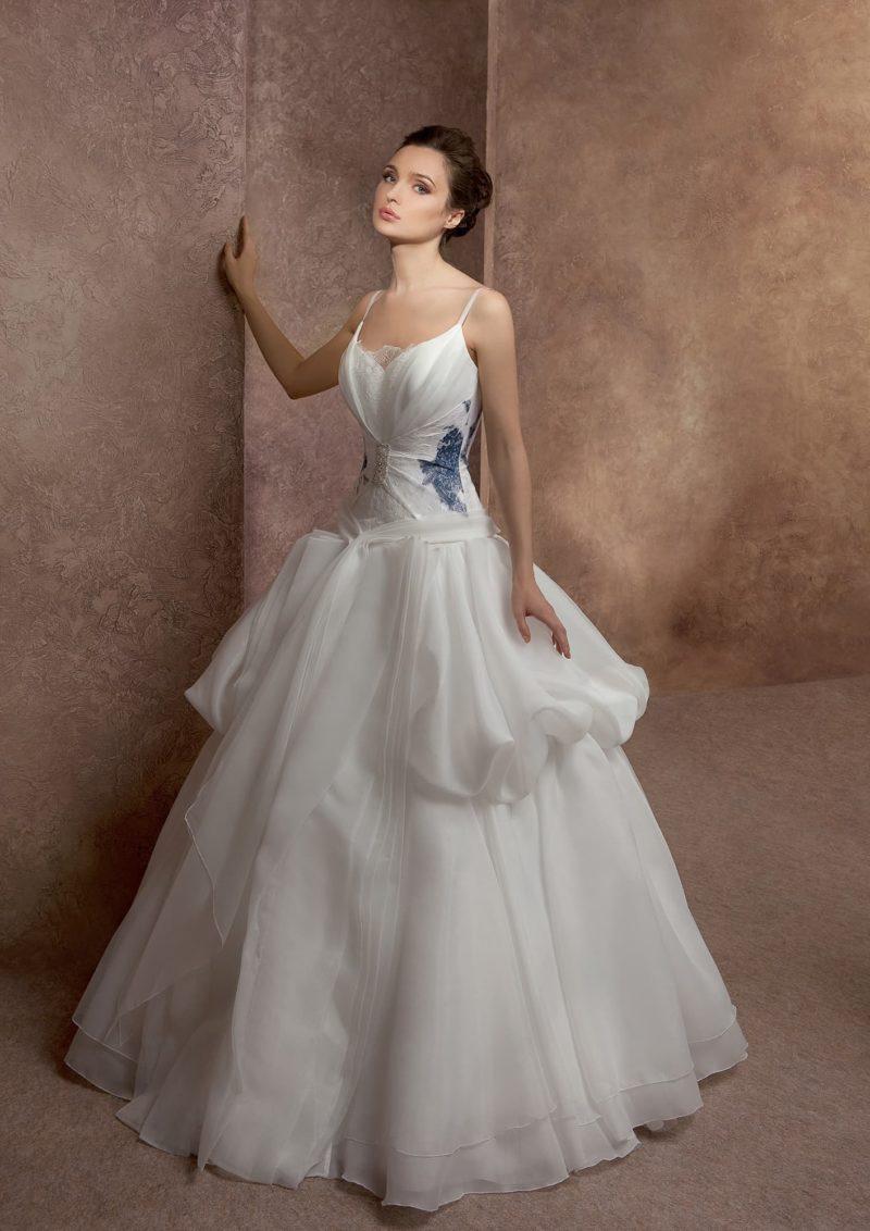 Пышное свадебное платье с цветным кружевом на корсете и объемными волнами на юбке.