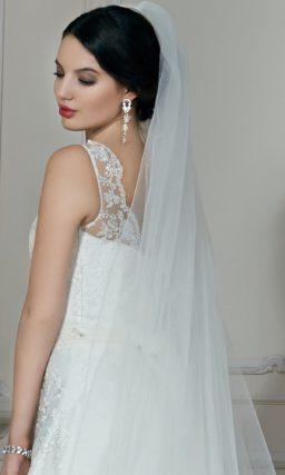 Кружевное свадебное платье силуэта «принцесса» со шлейфом и объемным бутоном на талии.