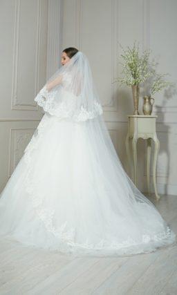 Пышное свадебное платье с нежными кружевными бретельками над открытым лифом.