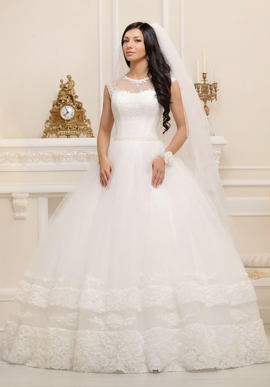 Свадебное платье с пышным силуэтом и закрытым полупрозрачным верхом.