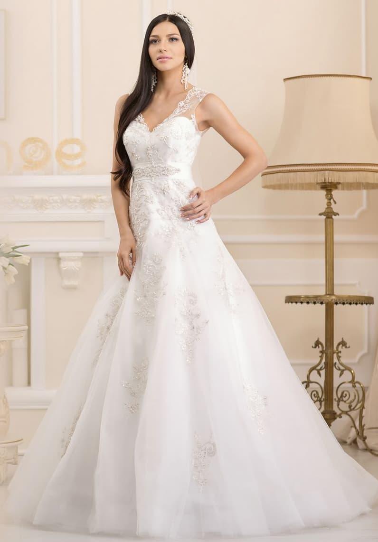 Женственное свадебное платье кроя «принцесса» с V-образным декольте, оформленным тонкой тканью.