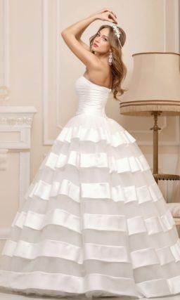 Открытое свадебное платье пышного силуэта с атласной отделкой юбки.