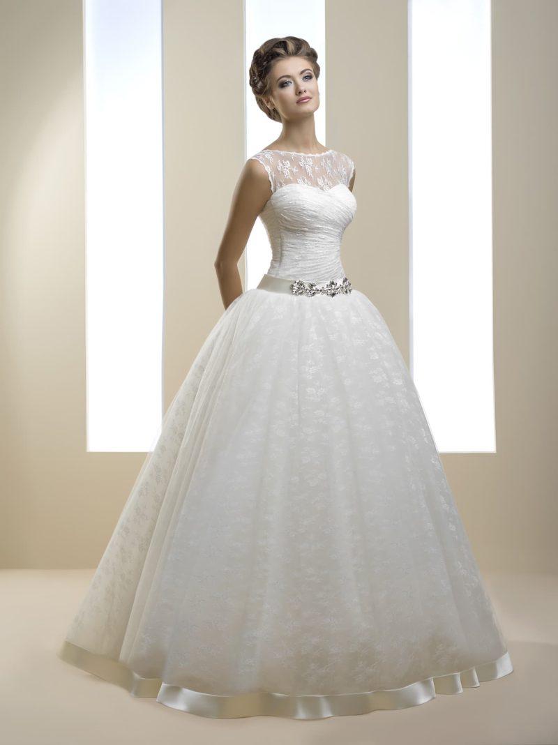 Кружевное свадебное платье пышного силуэта с широким атласным поясом на талии.