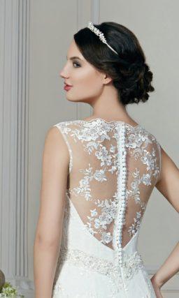 Свадебное платье силуэта «принцесса» с декором из кружева с мелким цветочным рисунком.