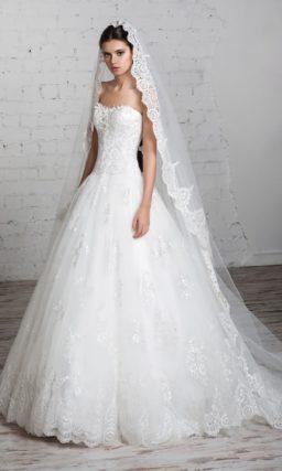 Пышное свадебное платье с кружевной многослойной юбкой и фактурным открытым корсетом.