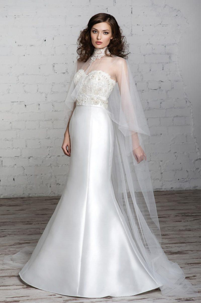 Атласное свадебное платье силуэта «рыбка» с оригинальным полупрозрачным болеро широкого кроя.
