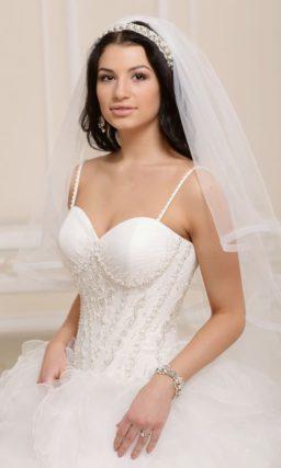 Свадебное платье пышного силуэта с роскошным декором подола со шлейфом.
