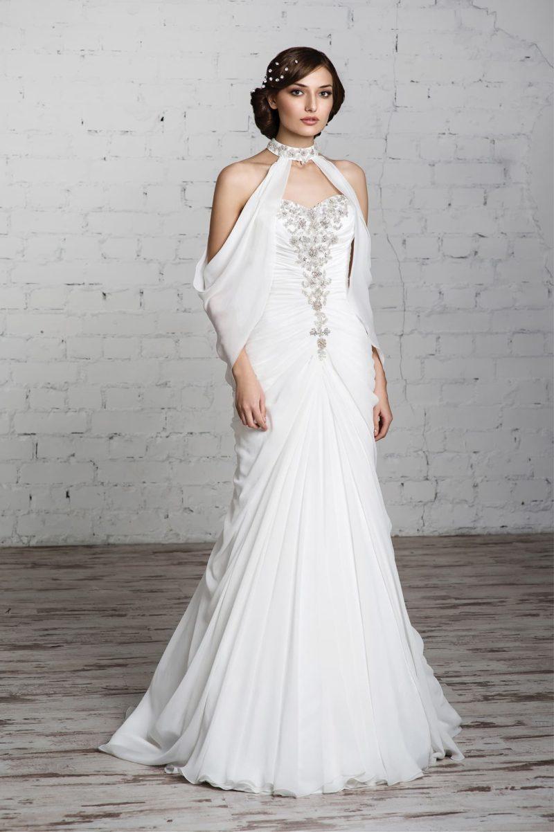 Прямое свадебное платье с драпировками по корсету и эксцентричным болеро из прозрачной ткани.