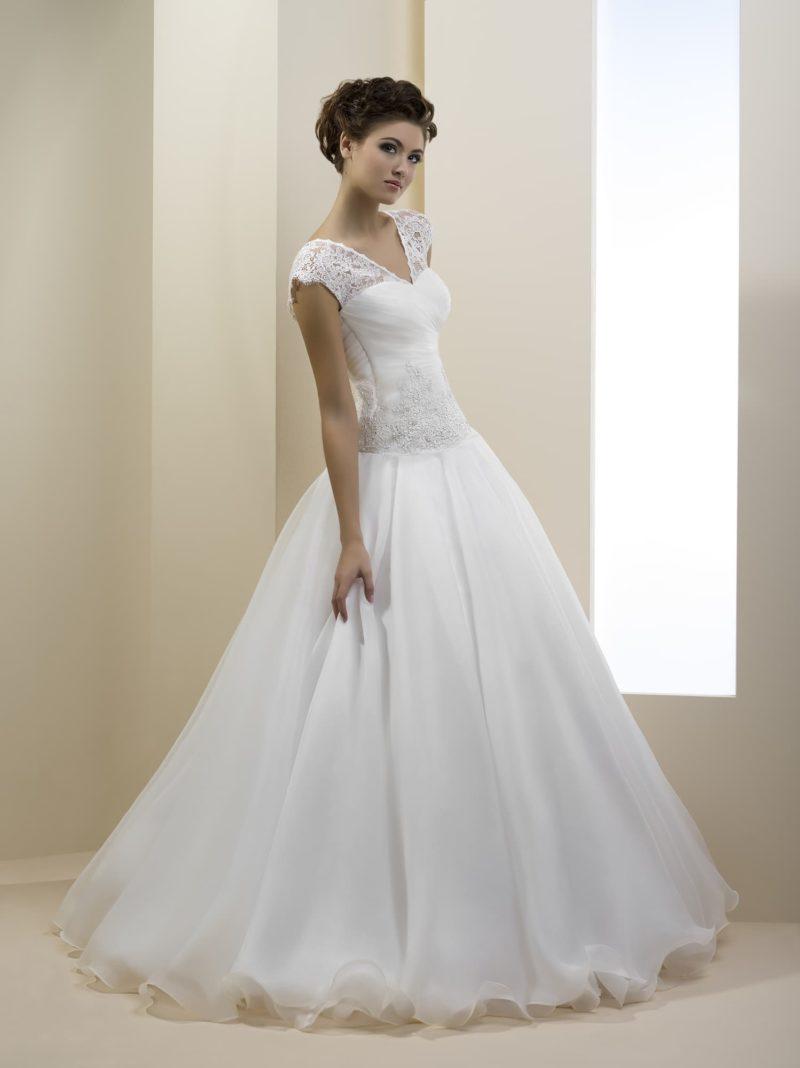 Пышное свадебное платье с изящным V-образным вырезом с короткими рукавами.