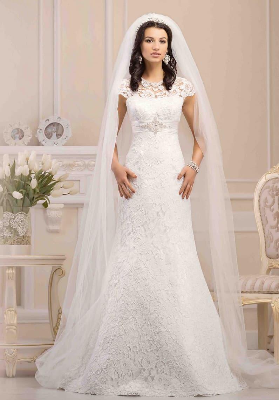 Свадебное платье силуэта «рыбка» покрыто кружевом с крупным рисунком.