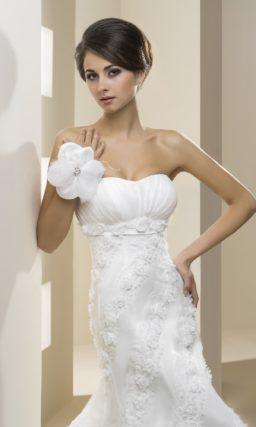 Открытое свадебное платье силуэта «рыбка» с оригинальной кружевной отделкой.