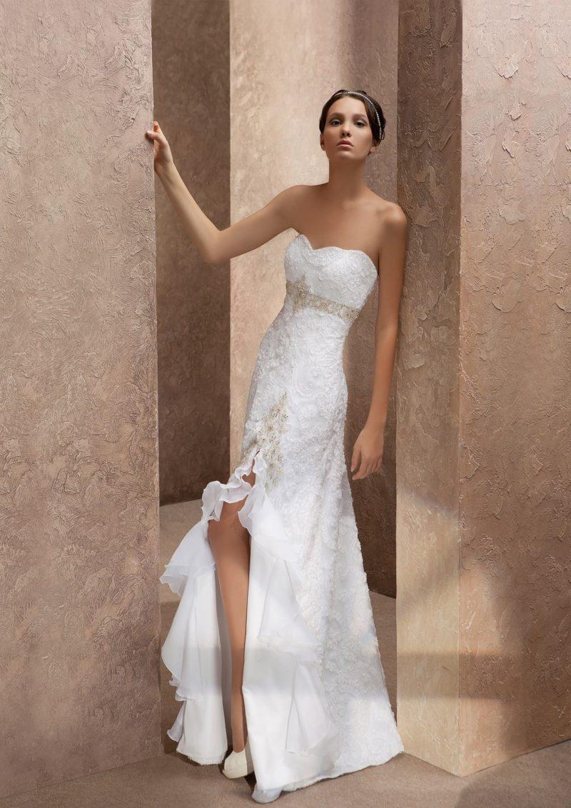 Прямое свадебное платье с бисерным поясом под лифом и разрезом на юбке сбоку.