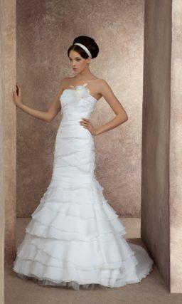 Свадебное платье с облегающим силуэтом «рыбка», шлейфом и романтичной отделкой.