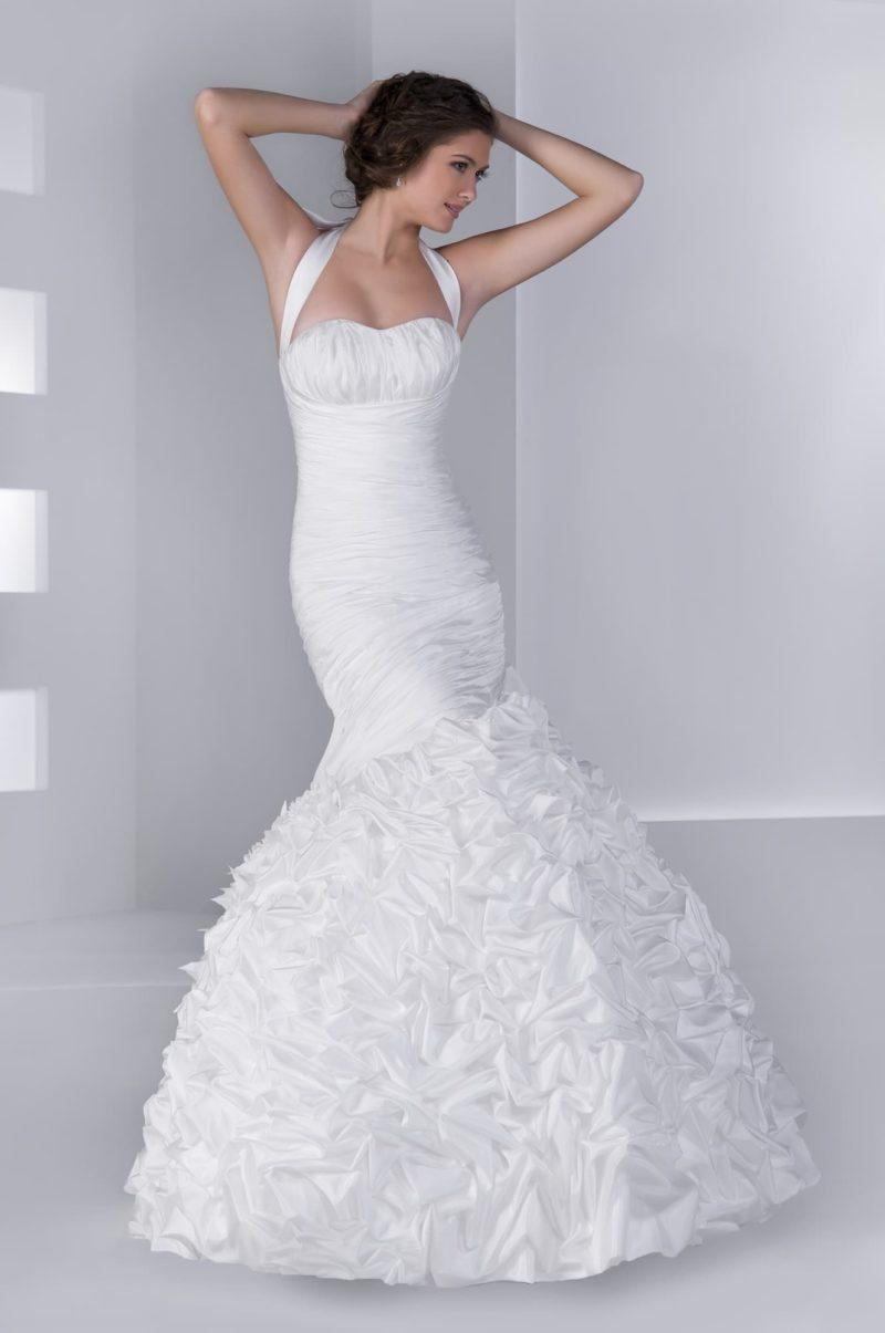 Стильное свадебное платье силуэта «рыбка» из фактурного атласа, украшенного драпировками.