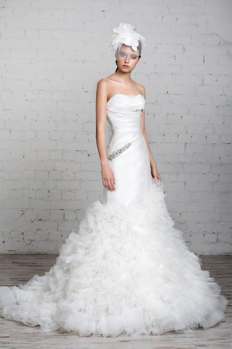 Атласное свадебное платье силуэта «рыбка» с пышной юбкой со шлейфом.