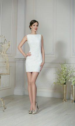 Стильное свадебное платье длиной до середины бедра с открытой спинкой.