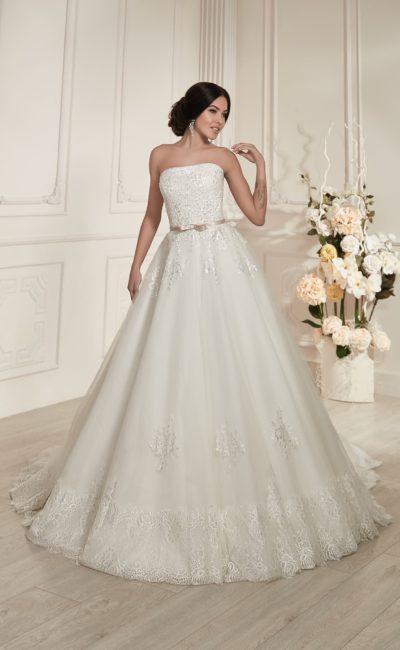 Свадебное платье силуэта «принцесса» с кружевным декором и глянцевым узким поясом.