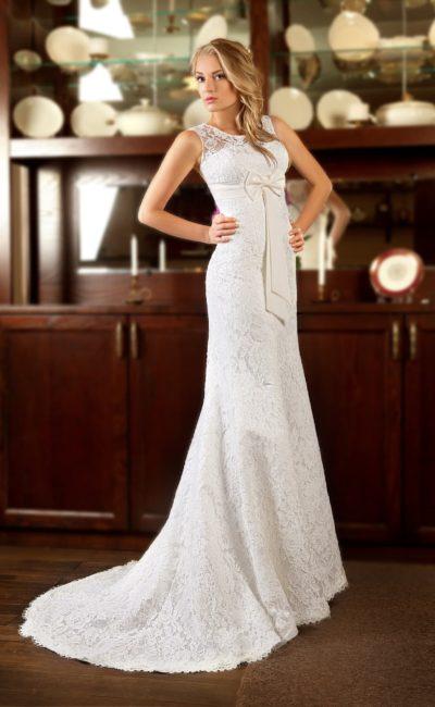 Кружевное свадебное платье силуэта «рыбка» с завышенной талией, выделенной поясом.