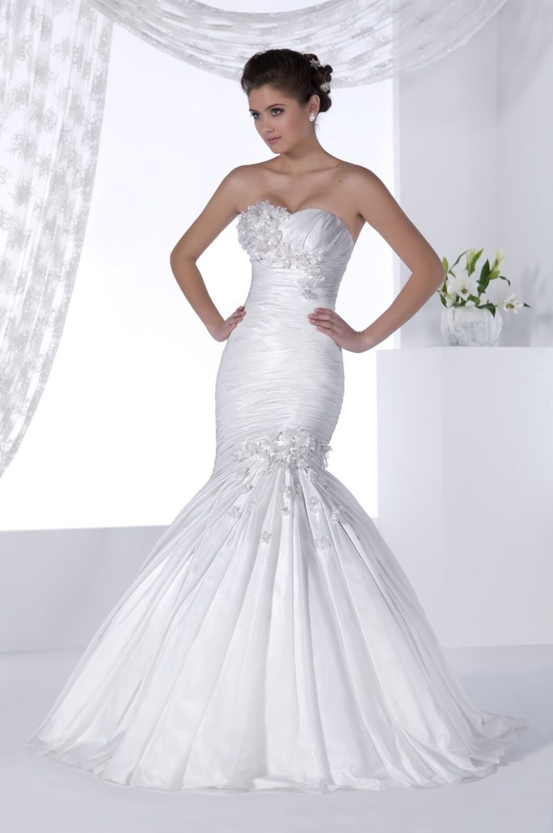 Атласное свадебное платье силуэта «рыбка» с отделкой из драпировок и вышивки.