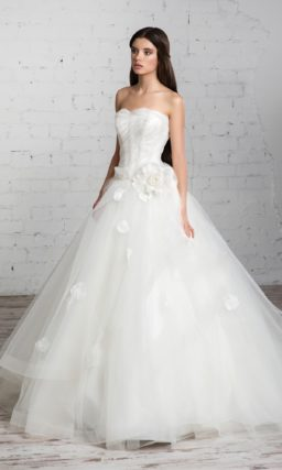 Открытое свадебное платье пышного силуэта с плотными кружевными аппликациями по подолу.