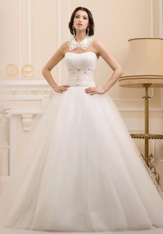 Пышное свадебное платье с роскошным корсетом и кружевным воротником.