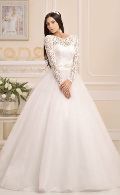 Роскошное свадебное платье пышного силуэта с длинными ажурными рукавами.