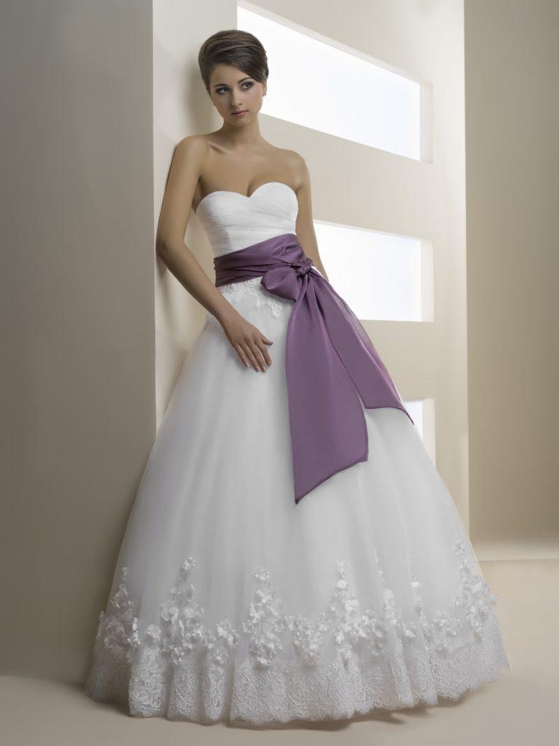 Свадебное платье «принцесса» с потрясающим широким поясом из лилового атласа.