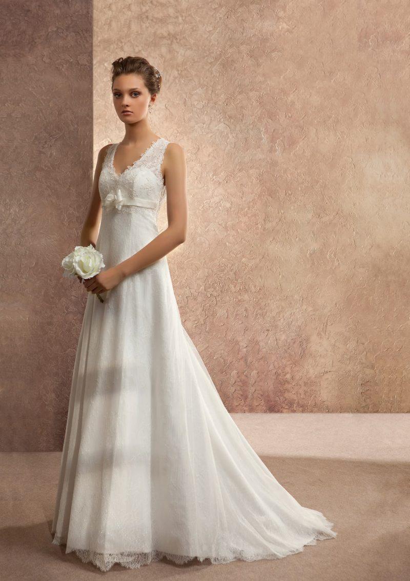 Прямое свадебное платье с кружевными бретелями и вырезом «замочная скважина» сзади.