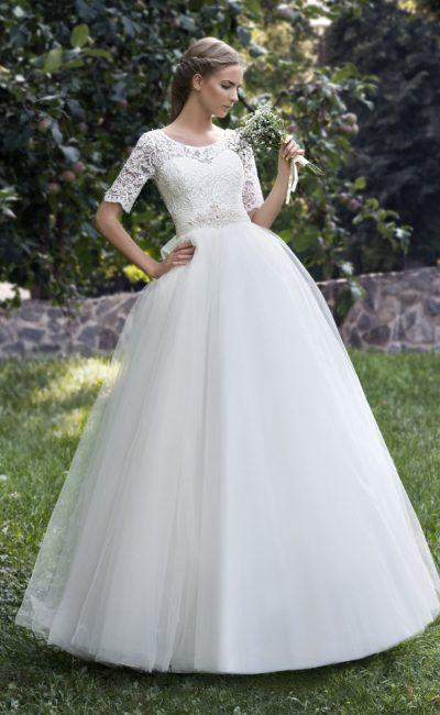 Пышное свадебное платье с элегантным закрытым верхом с рукавами из кружевной ткани.