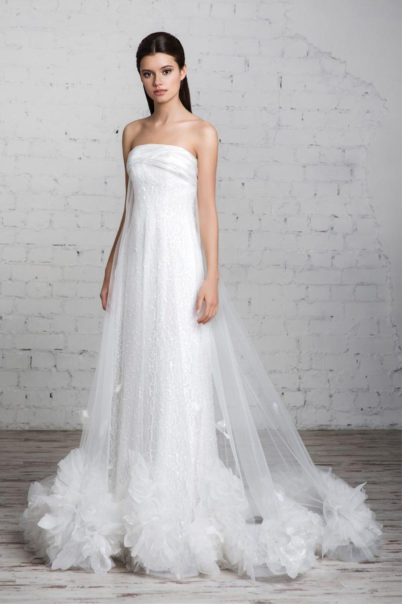 Прямое свадебное платье с открытым лифом и роскошными пышными бутонами по низу подола.