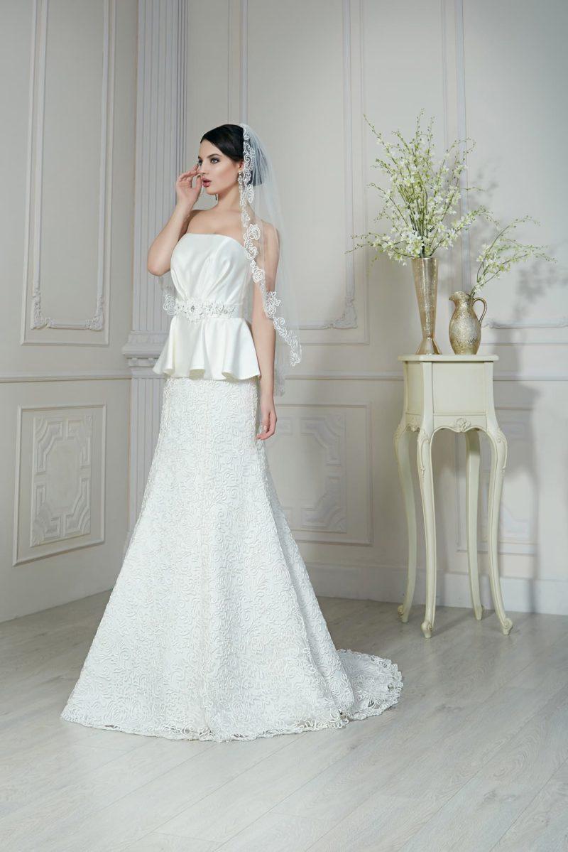 Свадебное платье «рыбка» с атласным корсетом с пышной баской и кружевным узором на юбке.