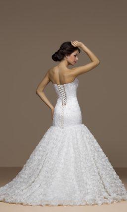Фактурное свадебное платье с открытым лифом и юбкой силуэта «рыбка» со шлейфом.