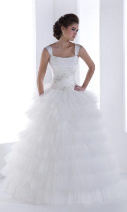 Пышное свадебное платье-трансформер с юбкой, покрытой оборками, и открытым лифом.