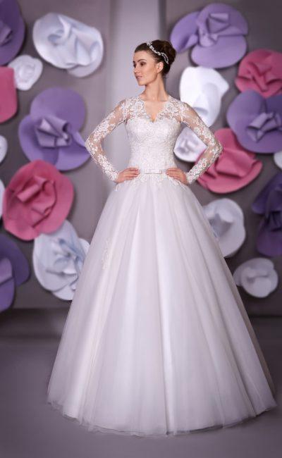 Пышное свадебное платье с V-образным вырезом декольте и длинными кружевными рукавами.