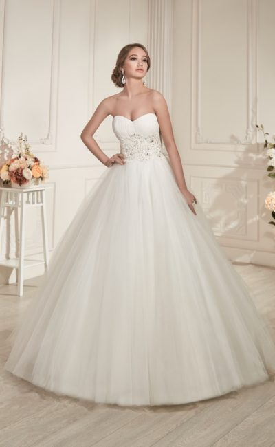 Пышное свадебное платье с открытым лифом и роскошной вышивкой на талии.