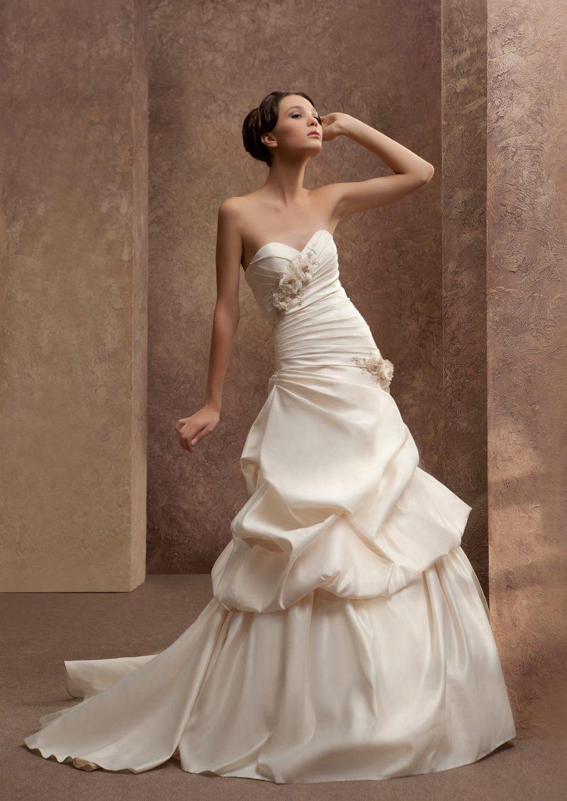 Экстравагантное свадебное платье с крупными драпировками по всей длине и юбкой силуэта «рыбка».