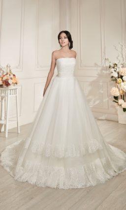 Открытое свадебное платье силуэта «принцесса» с декором из широких горизонтальных полос кружева.