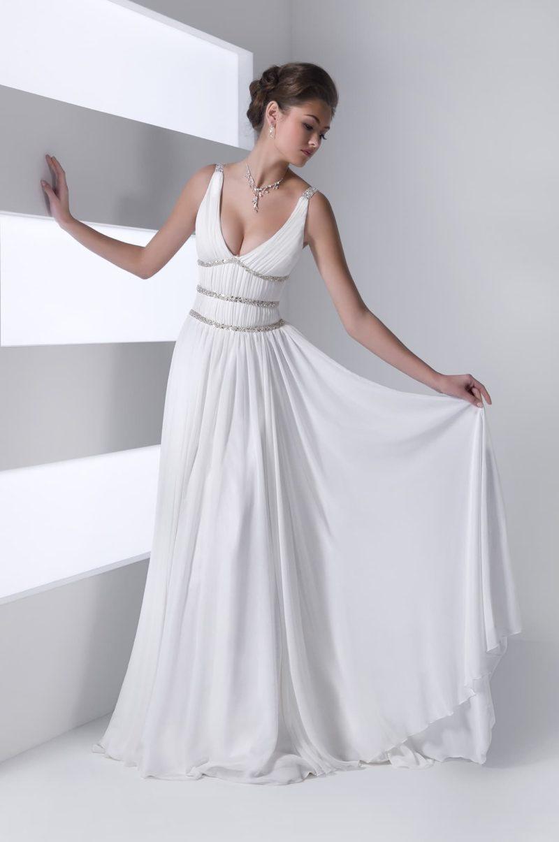 Ампирное свадебное платье с V-образным декольте и сияющей вышивкой по корсету.