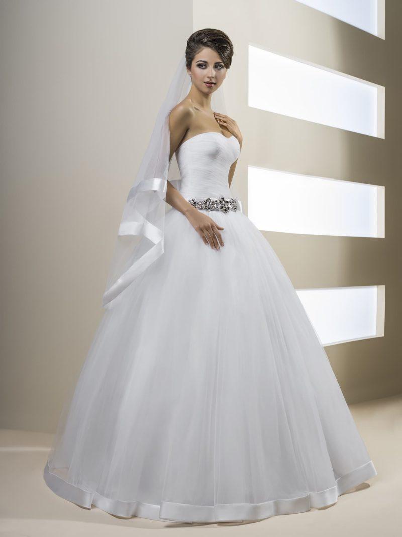 Пышное свадебное платье с драпировками на корсете и сверкающим поясом.