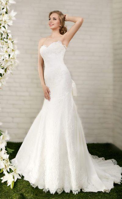 Открытое свадебное платье силуэта «рыбка» со шлейфом и лифом в форме сердца.