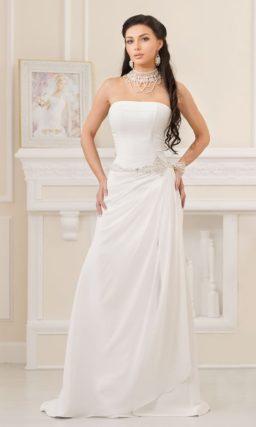 Изысканное свадебное платье прямого силуэта с открытым лифом и бисерным поясом.