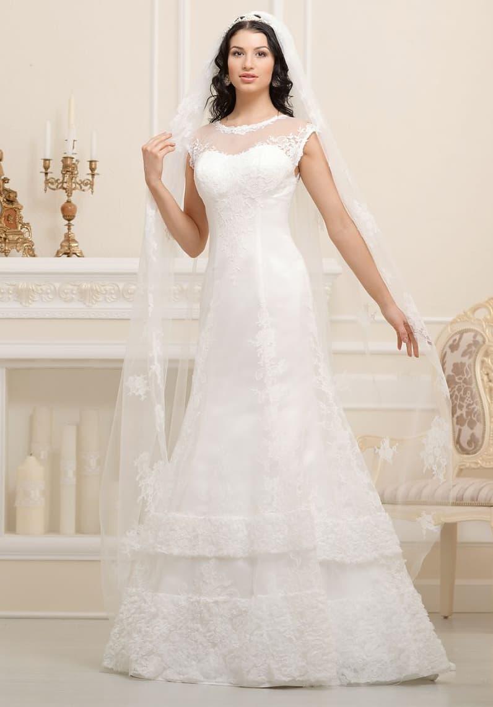 Закрытое свадебное платье А-силуэта украшено кружевными полосами по подолу.
