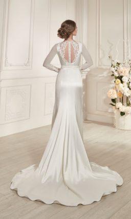 Закрытое свадебное платье прямого силуэта из атласной ткани с драпировками на лаконичной юбке.